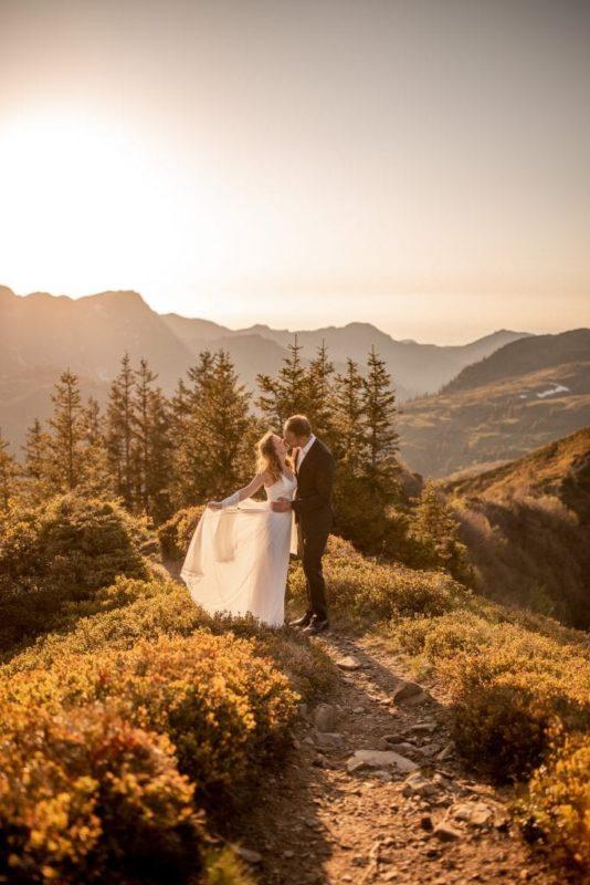 024-mountain-elopement-wedding-austria-wild-embrace-sunset-photography-elope-intimate-outdoor-mountain-ceremony-adventure