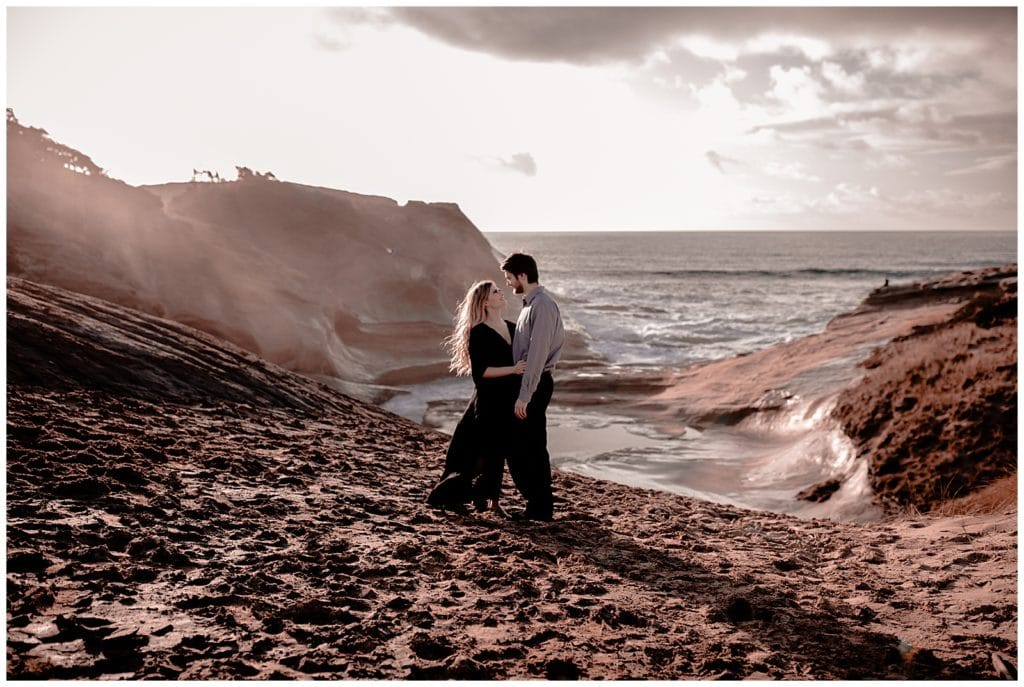 oregon-elopement-pnw-pacific-north-west-adventure-mountain-destination-beach-coast-sunset-sea-kiss-cliff-sand-rock-intimate-small