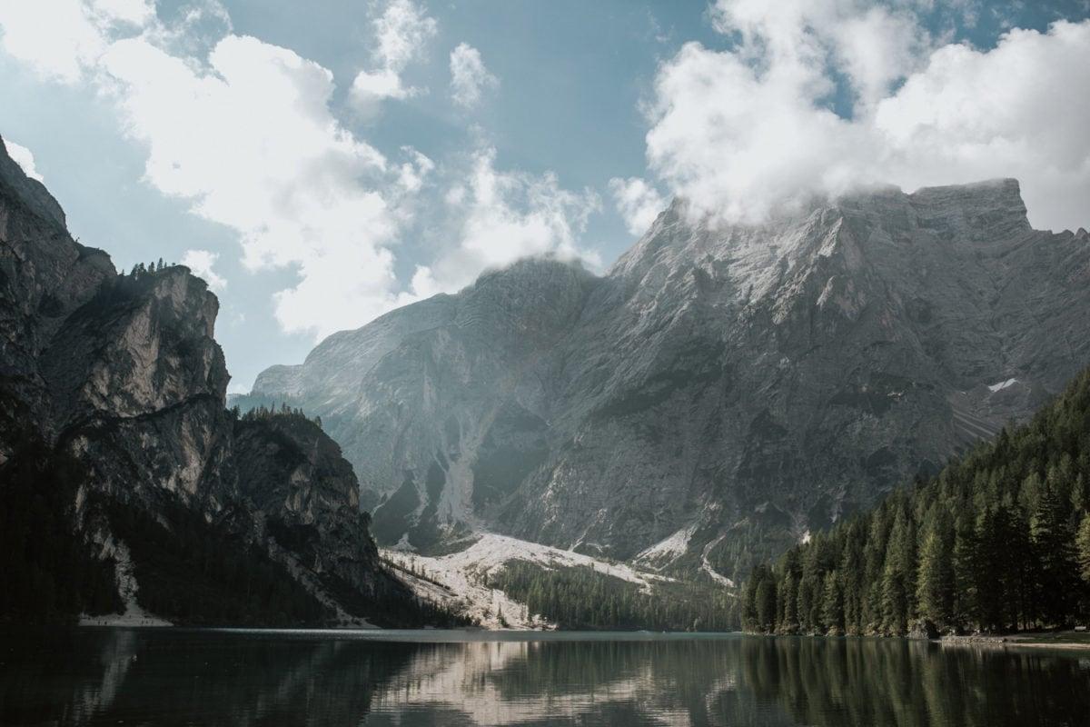 Blitzkneisser13-Foto-Pragser-Wildsee-Hochzeit-italy-elopement-wedding-photographer-packages-destination-boho-bride-lake-lago-di-braies-intimate-mountain-adventure