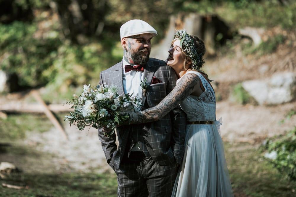 Blitzkneisser20-Foto-Pragser-Wildsee-Hochzeit-italy-elopement-wedding-photographer-packages-destination-boho-bride-lake-lago-di-braies-intimate-mountain-adventure
