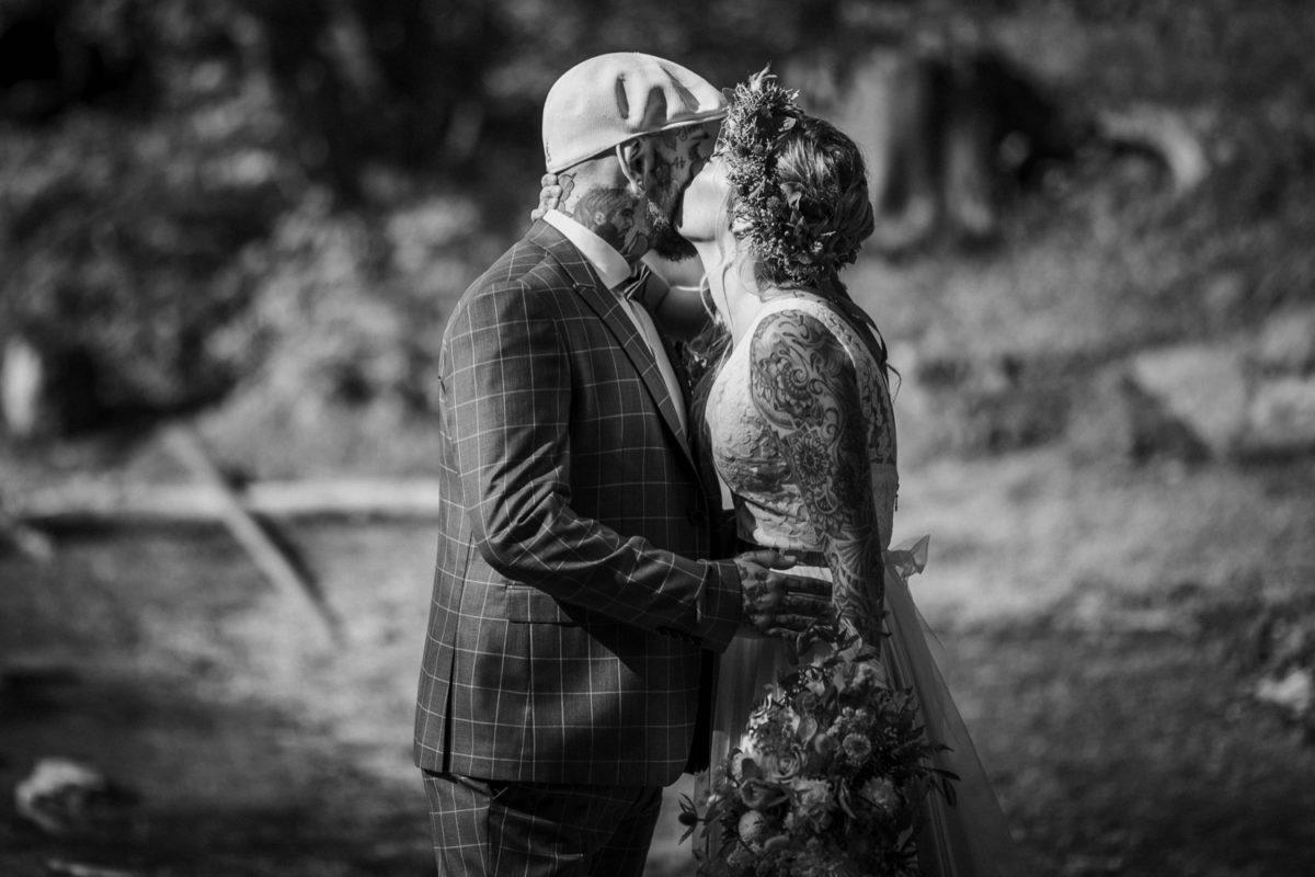 Blitzkneisser21-Foto-Pragser-Wildsee-Hochzeit-italy-elopement-wedding-photographer-packages-destination-boho-bride-lake-lago-di-braies-intimate-mountain-adventure