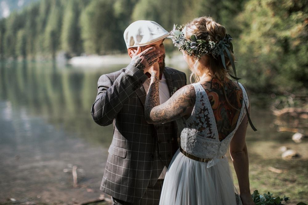 Blitzkneisser22-Foto-Pragser-Wildsee-Hochzeit-italy-elopement-wedding-photographer-packages-destination-boho-bride-lake-lago-di-braies-intimate-mountain-adventure