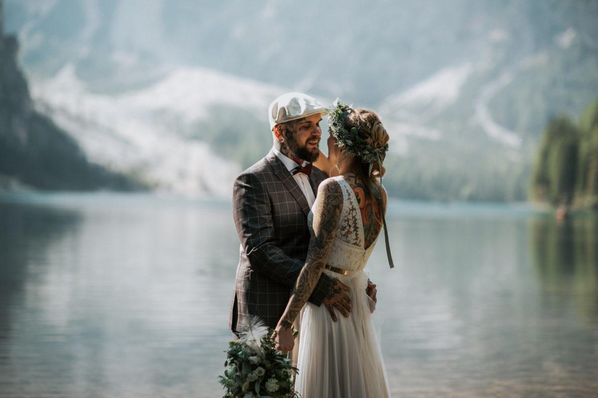 Blitzkneisser23-Foto-Pragser-Wildsee-Hochzeit-italy-elopement-wedding-photographer-packages-destination-boho-bride-lake-lago-di-braies-intimate-mountain-adventure