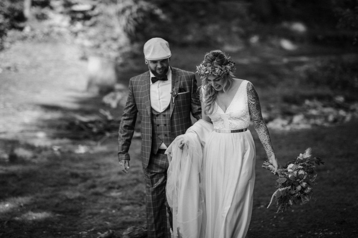 Blitzkneisser25-Foto-Pragser-Wildsee-Hochzeit-italy-elopement-wedding-photographer-packages-destination-boho-bride-lake-lago-di-braies-intimate-mountain-adventure