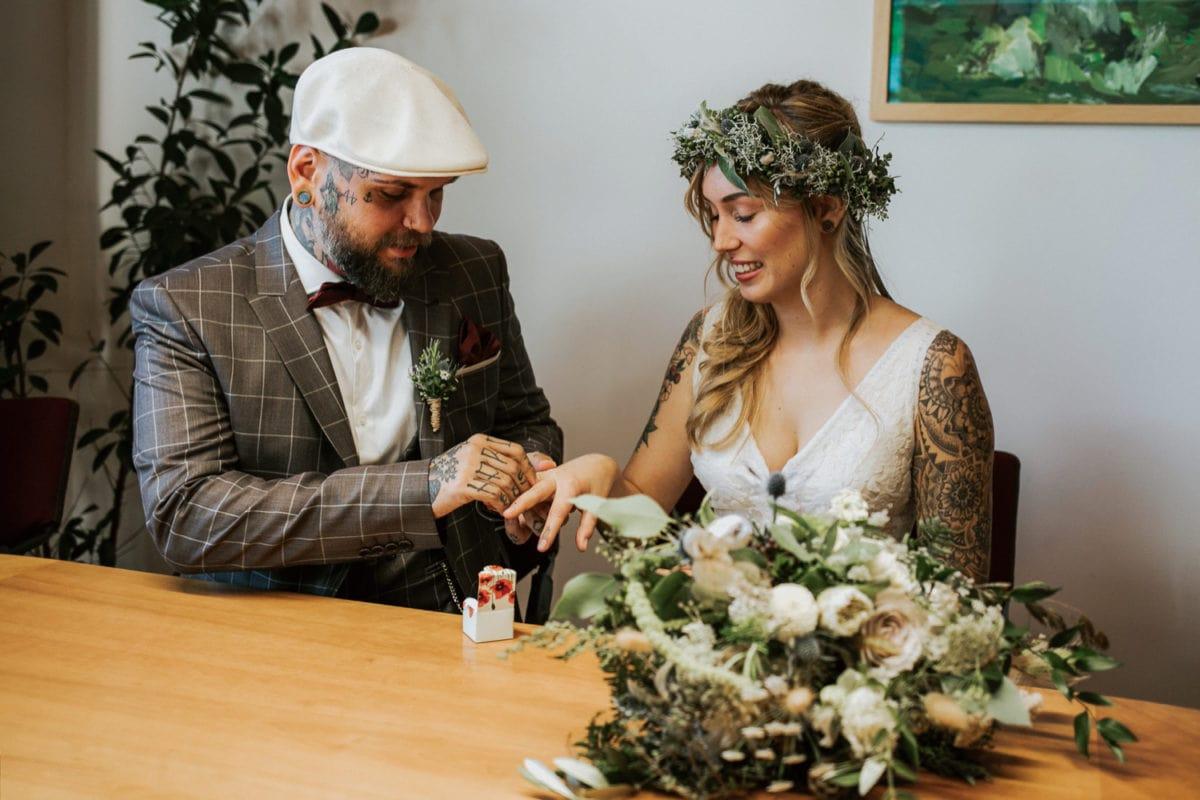 Blitzkneisser33-Foto-Pragser-Wildsee-Hochzeit-italy-elopement-wedding-photographer-packages-destination-boho-bride-lake-lago-di-braies-intimate-mountain-adventure