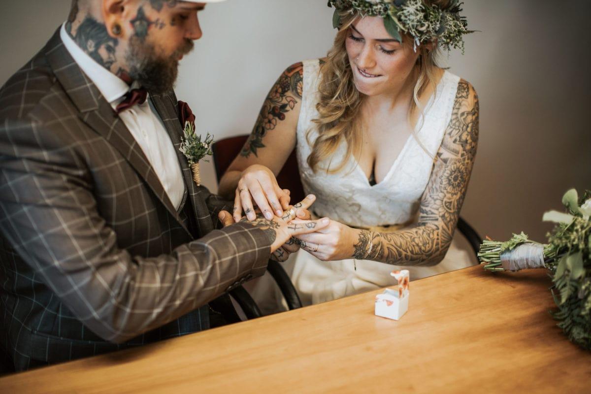 Blitzkneisser35-Foto-Pragser-Wildsee-Hochzeit-italy-elopement-wedding-photographer-packages-destination-boho-bride-lake-lago-di-braies-intimate-mountain-adventure