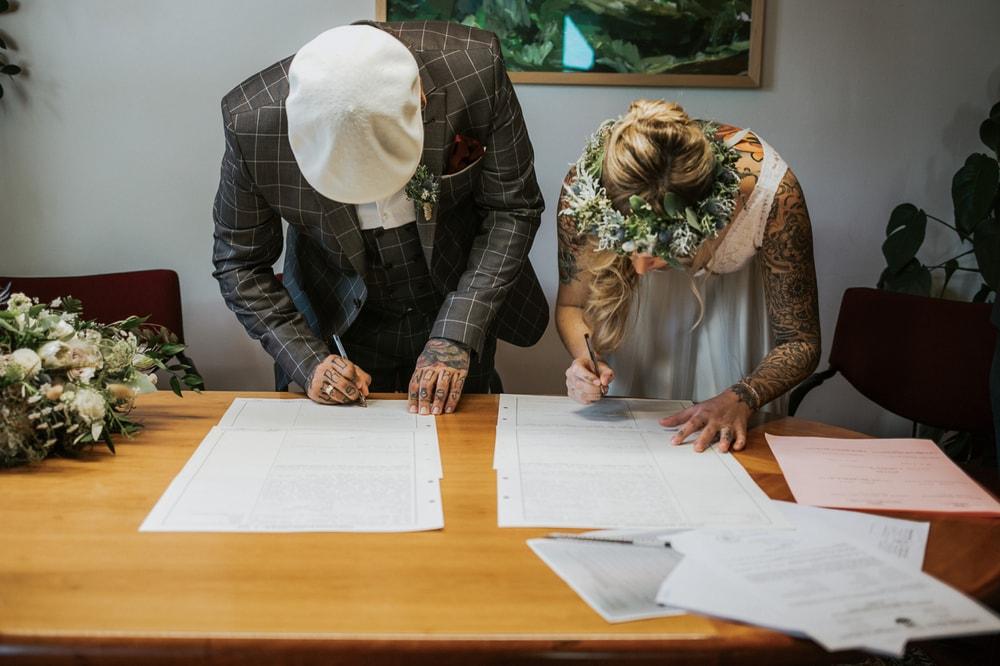 Blitzkneisser37-Foto-Pragser-Wildsee-Hochzeit-italy-elopement-wedding-photographer-packages-destination-boho-bride-lake-lago-di-braies-intimate-mountain-adventure