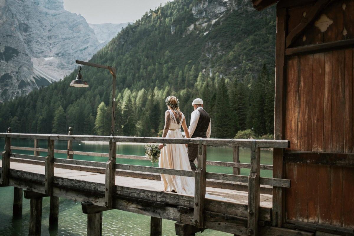Blitzkneisser38-Foto-Pragser-Wildsee-Hochzeit-italy-elopement-wedding-photographer-packages-destination-boho-bride-lake-lago-di-braies-intimate-mountain-adventure