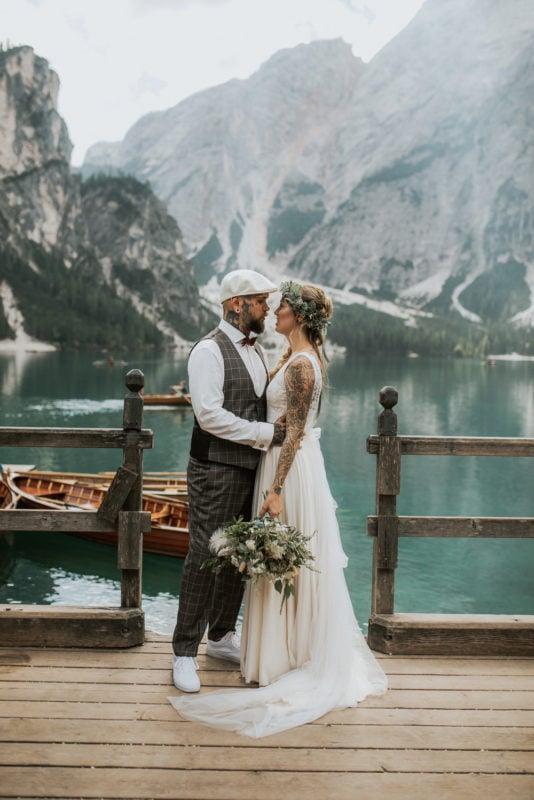 Blitzkneisser39-Foto-Pragser-Wildsee-Hochzeit-italy-elopement-wedding-photographer-packages-destination-boho-bride-lake-lago-di-braies-intimate-mountain-adventure