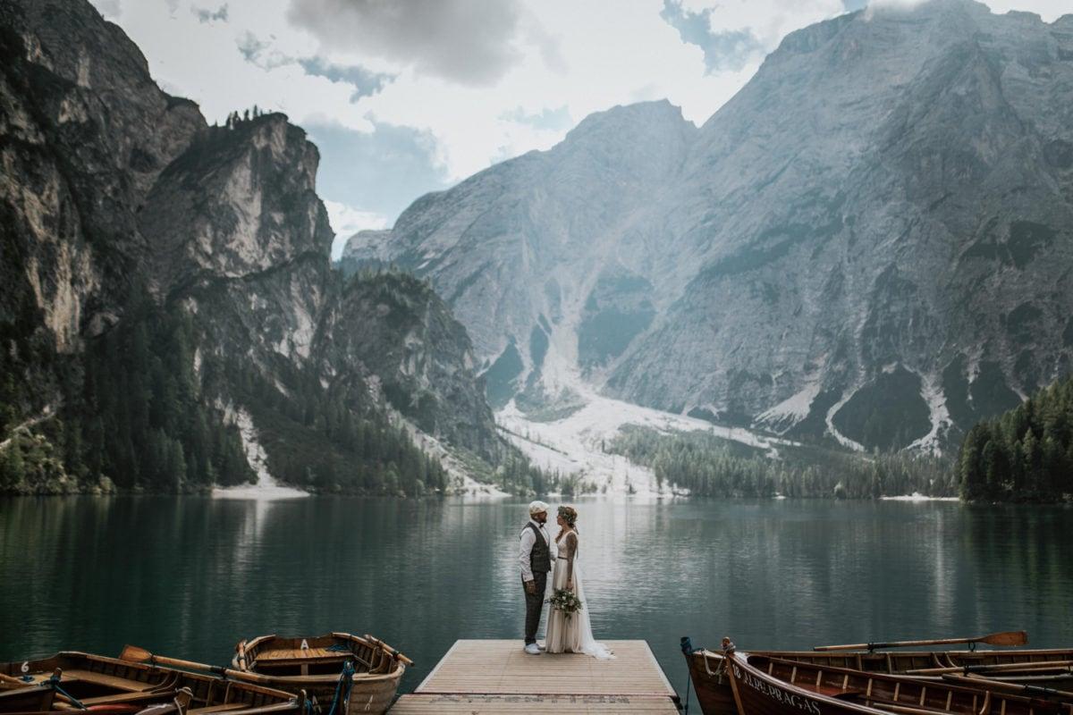 Blitzkneisser41-Foto-Pragser-Wildsee-Hochzeit-italy-elopement-wedding-photographer-packages-destination-boho-bride-lake-lago-di-braies-intimate-mountain-adventure