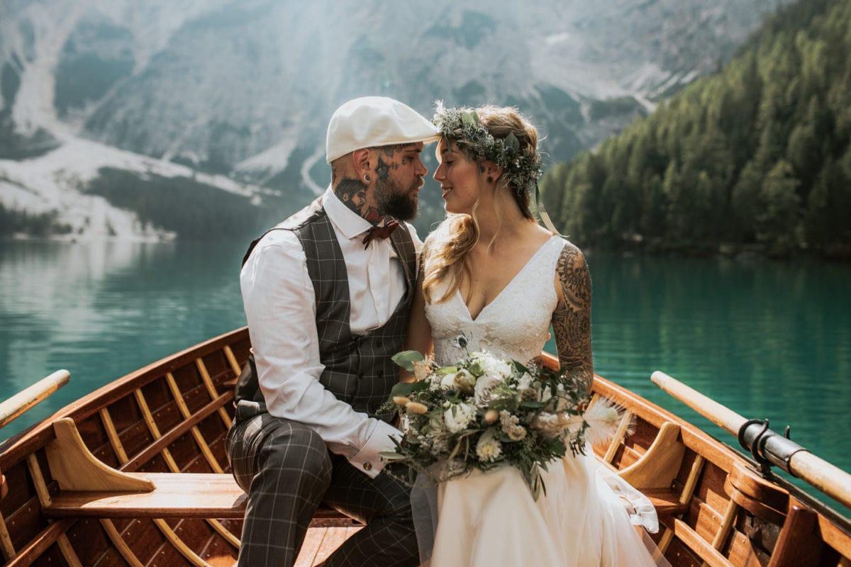 Blitzkneisser44-Foto-Pragser-Wildsee-Hochzeit-italy-elopement-wedding-photographer-packages-destination-boho-bride-lake-lago-di-braies-intimate-mountain-adventure