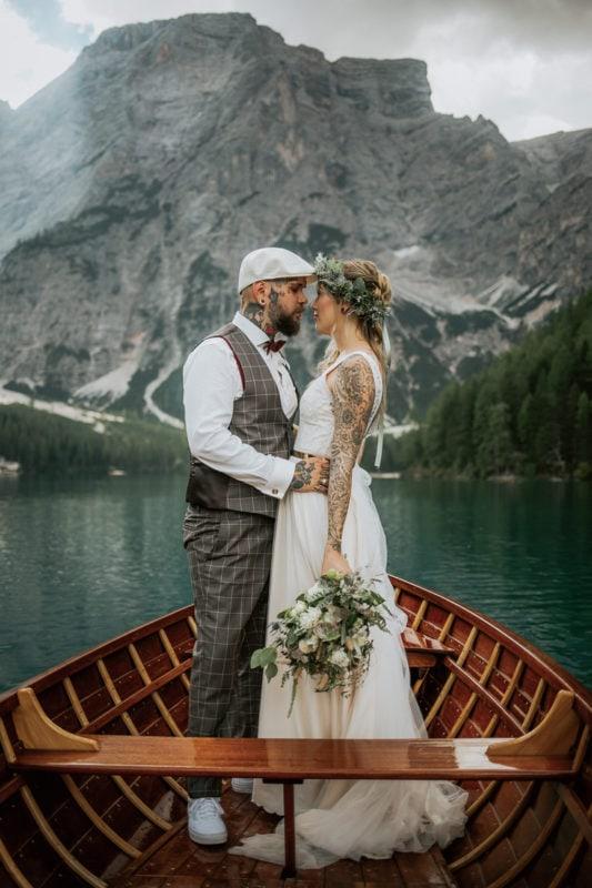 Blitzkneisser45-Foto-Pragser-Wildsee-Hochzeit-italy-elopement-wedding-photographer-packages-destination-boho-bride-lake-lago-di-braies-intimate-mountain-adventure