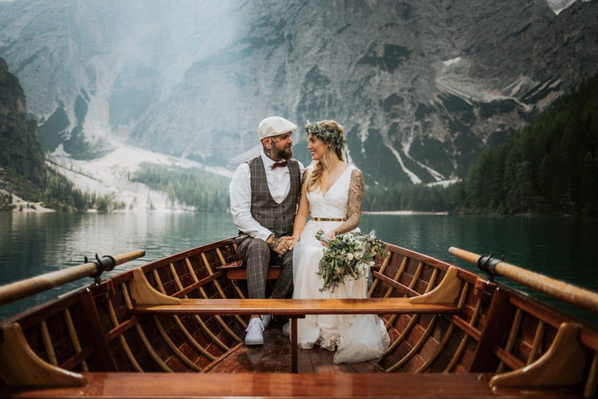 Blitzkneisser46-Foto-Pragser-Wildsee-Hochzeit-italy-elopement-wedding-photographer-packages-destination-boho-bride-lake-lago-di-braies-intimate-mountain-adventure