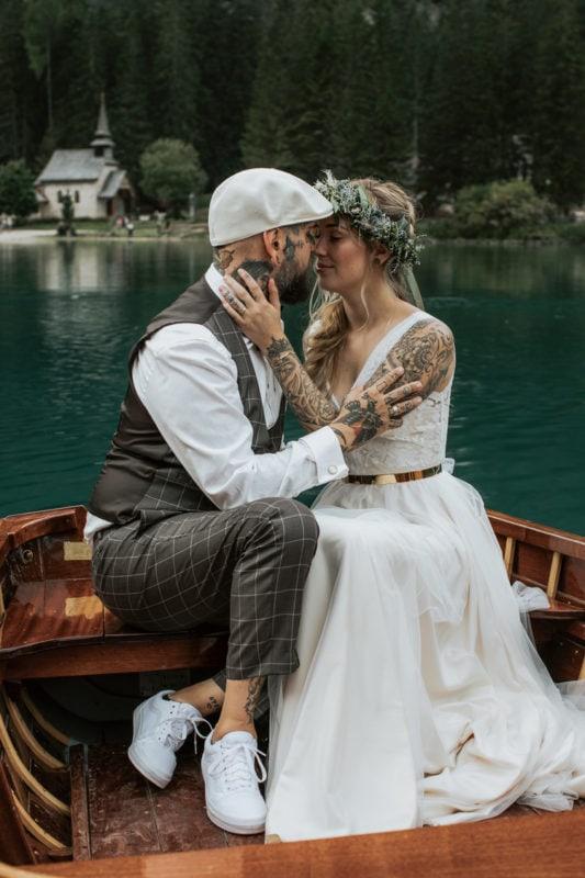 Blitzkneisser47-Foto-Pragser-Wildsee-Hochzeit-italy-elopement-wedding-photographer-packages-destination-boho-bride-lake-lago-di-braies-intimate-mountain-adventure