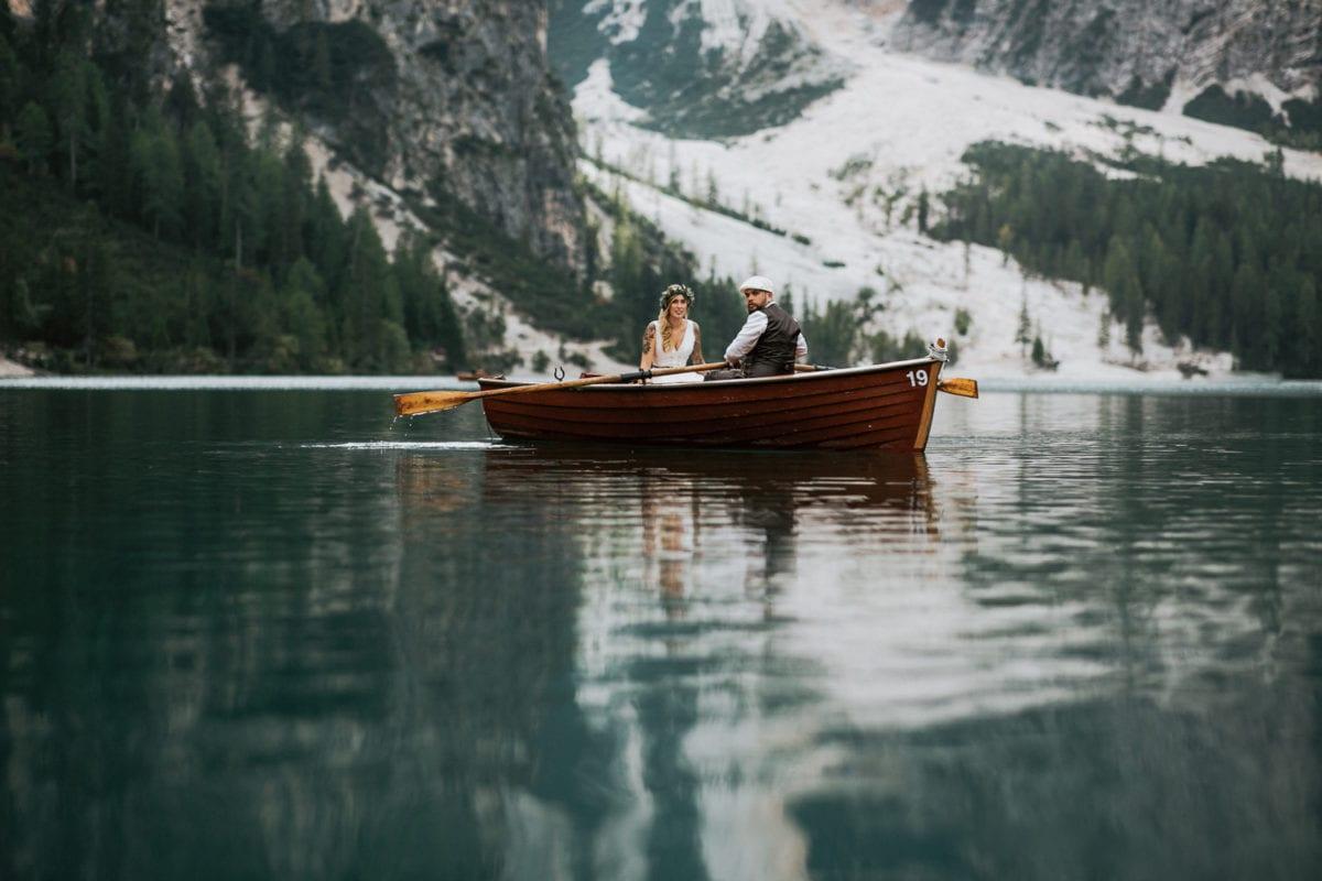 Blitzkneisser48-Foto-Pragser-Wildsee-Hochzeit-italy-elopement-wedding-photographer-packages-destination-boho-bride-lake-lago-di-braies-intimate-mountain-adventure