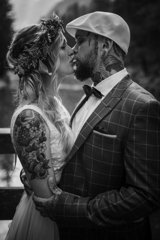 Blitzkneisser54-Foto-Pragser-Wildsee-Hochzeit-italy-elopement-wedding-photographer-packages-destination-boho-bride-lake-lago-di-braies-intimate-mountain-adventure-kiss