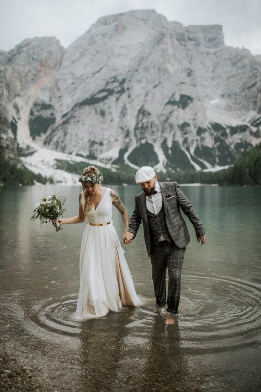 Blitzkneisser56-Foto-Pragser-Wildsee-Hochzeit-italy-elopement-wedding-photographer-packages-destination-boho-bride-lake-lago-di-braies-intimate-mountain-adventure-bouquet