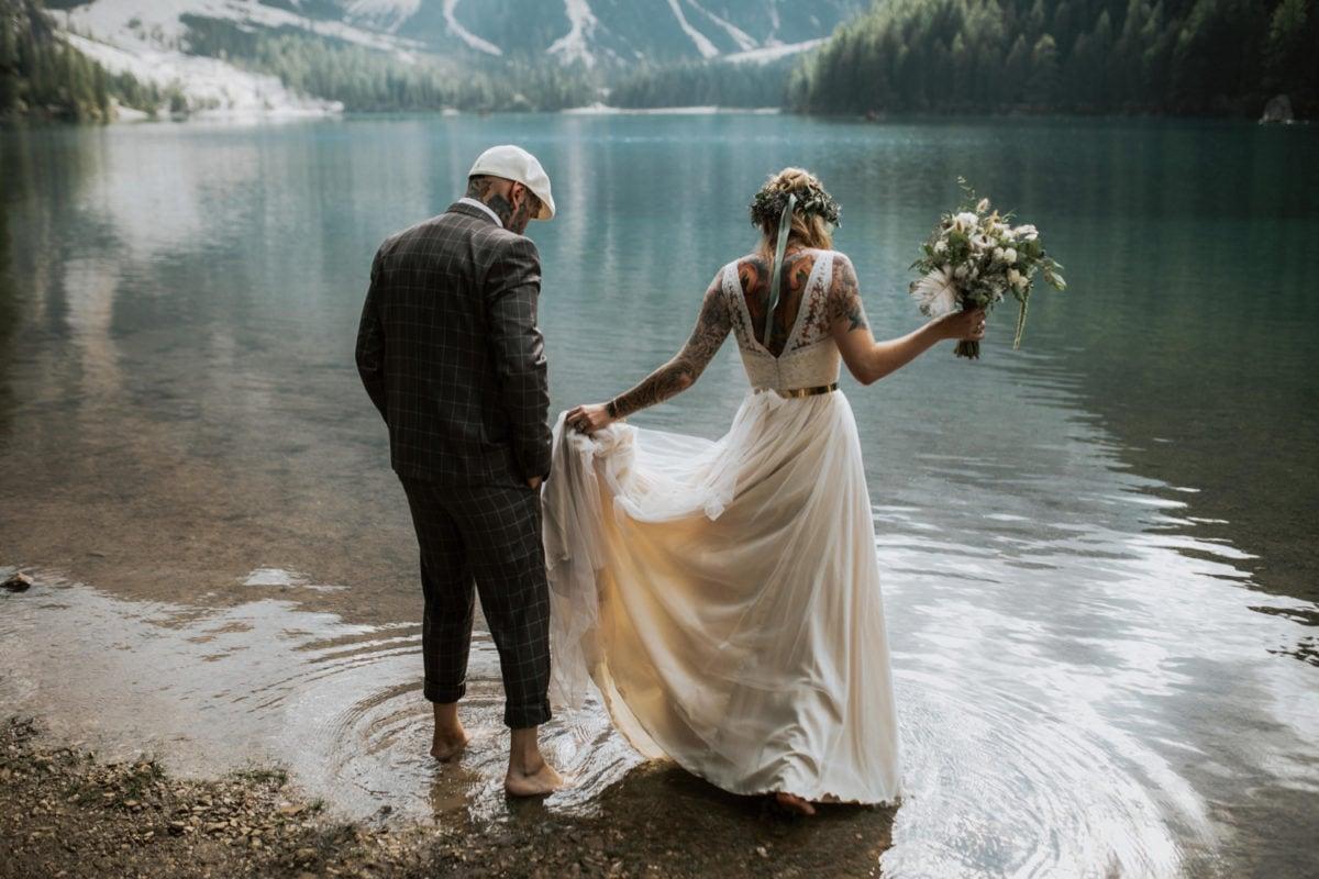 Blitzkneisser57-Foto-Pragser-Wildsee-Hochzeit-italy-elopement-wedding-photographer-packages-destination-boho-bride-lake-lago-di-braies-intimate-mountain-adventure-dress