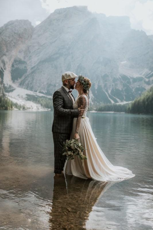 Blitzkneisser58-Foto-Pragser-Wildsee-Hochzeit-italy-elopement-wedding-photographer-packages-destination-boho-bride-lake-lago-di-braies-intimate-mountain-adventure-ceremony