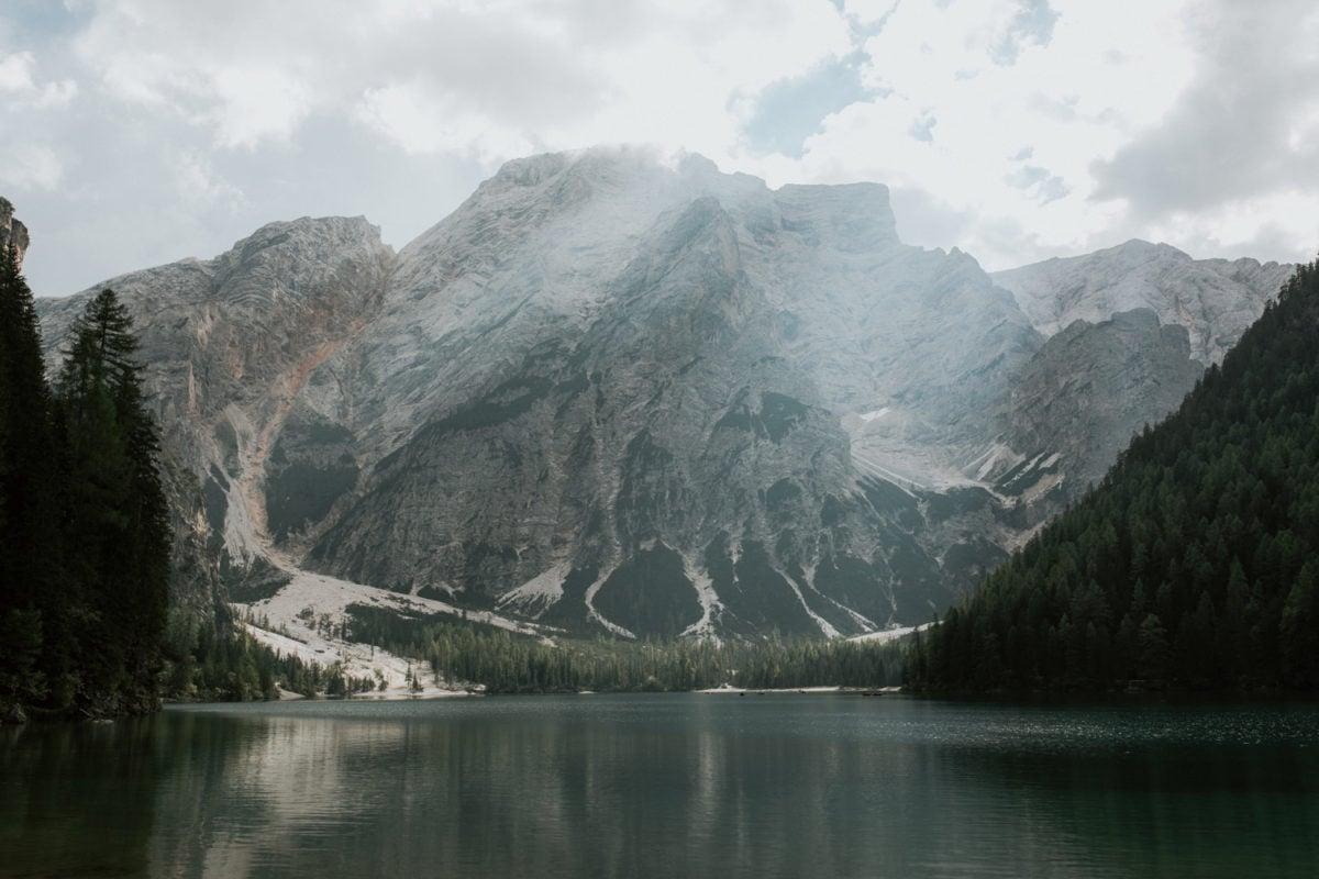 Blitzkneisser59-Foto-Pragser-Wildsee-Hochzeit-italy-elopement-wedding-photographer-packages-destination-boho-bride-lake-lago-di-braies-intimate-mountain-adventure-groom