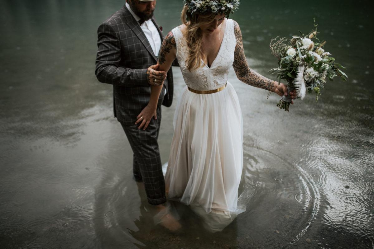 Blitzkneisser60-Foto-Pragser-Wildsee-Hochzeit-italy-elopement-wedding-photographer-packages-destination-boho-bride-lake-lago-di-braies-intimate-mountain-adventure-outdoor