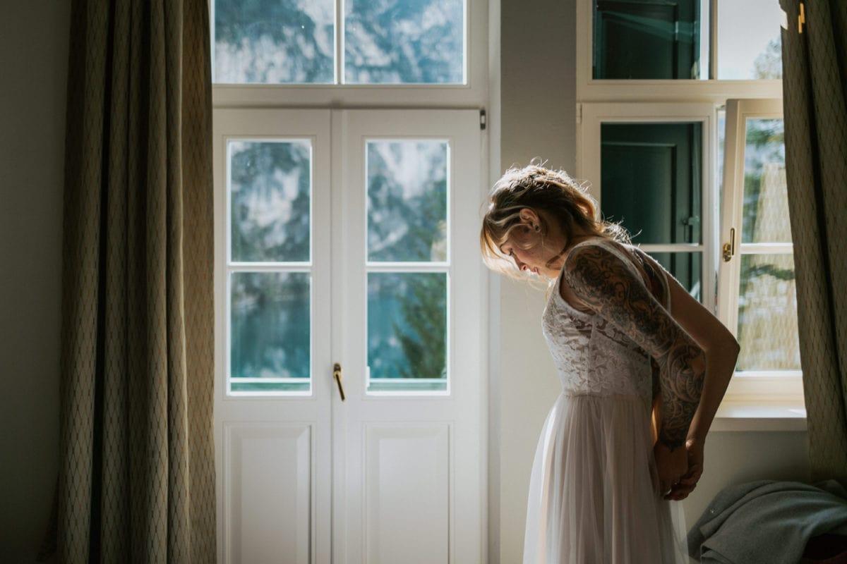 Blitzkneisser8-Foto-Pragser-Wildsee-Hochzeit-italy-elopement-wedding-photographer-packages-destination-boho-bride-lake-lago-di-braies-intimate-mountain-adventure