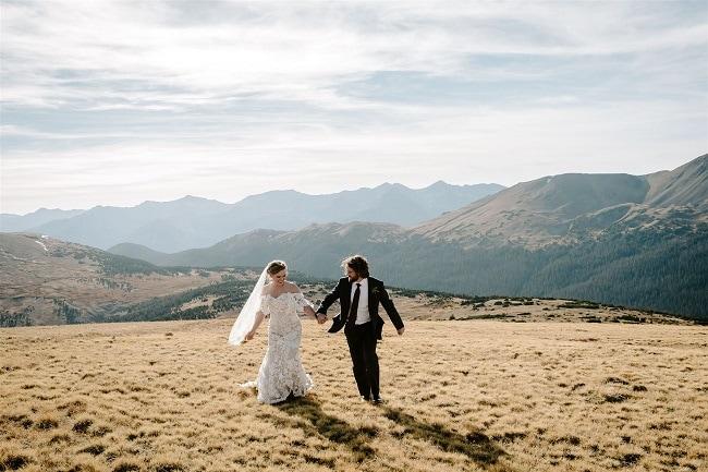 Courtney69-Lynn-colorado-adventure-elopement-packages-destination-wedding-photographer-estes-park-elope-holding-hands