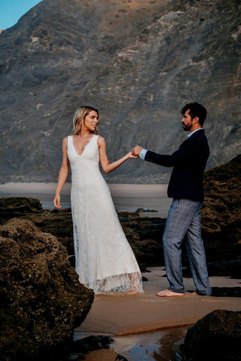 Hochzeit-in-Portugal-an-der-Algarve-08-elopement-wedding-beach-intimate-ceremony-coast-sand-sea-sunset-love-elope
