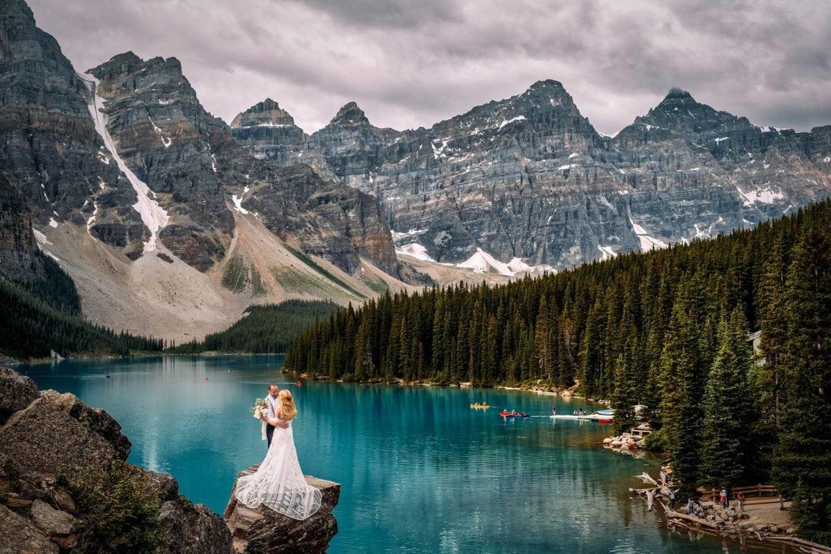 Moraine-Lake-adventure-Elopement-destination-outdoor-wedding-micro-small-intimate-Banff-National-Park-valley-of-ten-peaks-alberta-elope-canada-mountain
