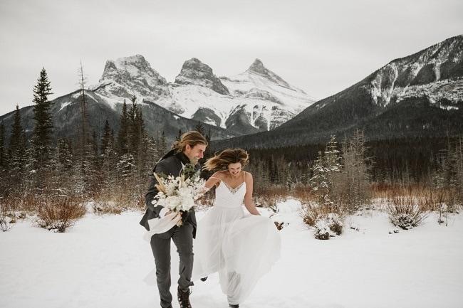 Noelle-Evan-winter-adventure-elopement-canmore-destination-wedding-outdoor-intimate-elope-alberta-canada-three-sisters-mountain-peak-snow