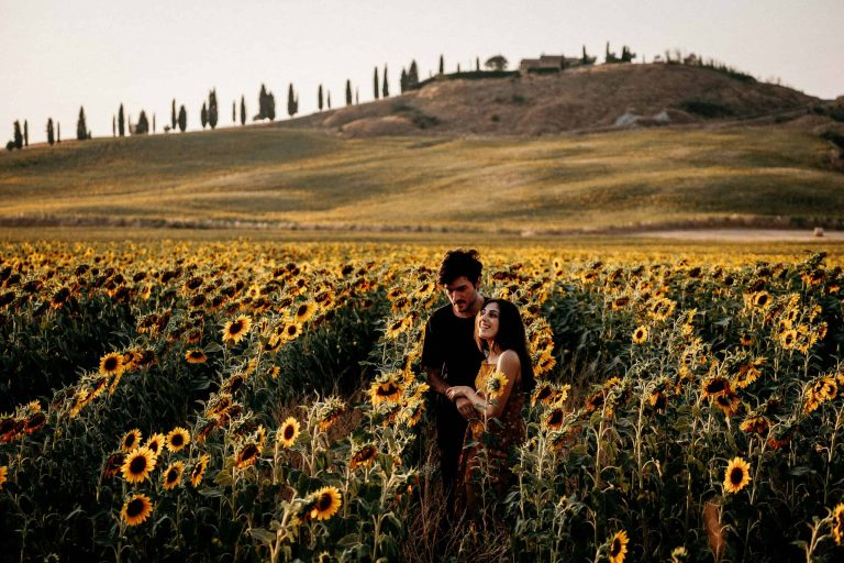 Paarshooting-Toskana-01-Italy-Engagement-Destination-Wedding-Photographer-Elopement-Packages-Tuscany-Sunset-A-Love-Above-Sunflower-Field