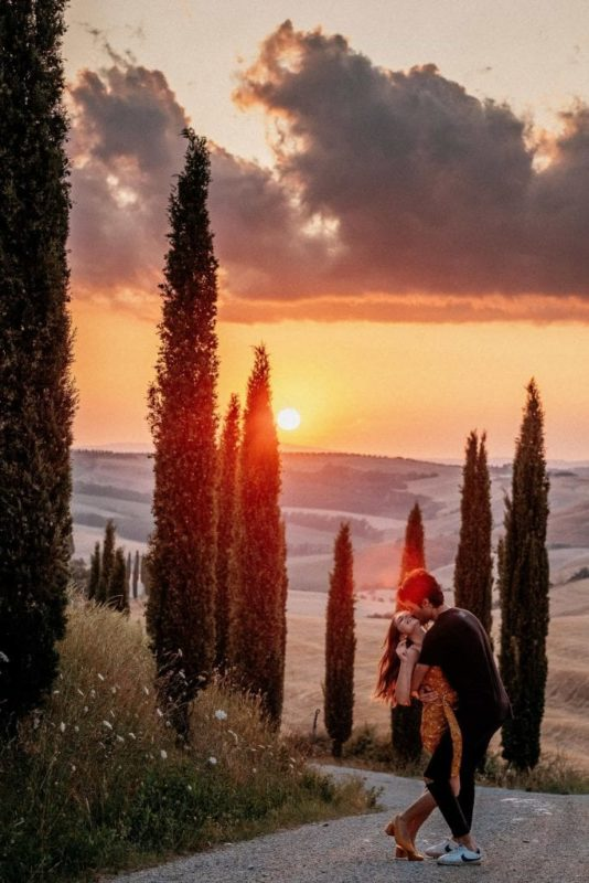 Paarshooting-Toskana-06-Italy-Engagement-Destination-Wedding-Photographer-Elopement-Packages-Tuscany-Sunset-A-Love-Above-Sunflower-Field-couple-lift
