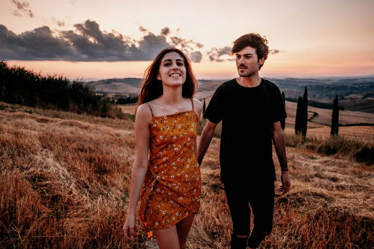 Paarshooting-Toskana-13-Italy-Engagement-Destination-Wedding-Photographer-Elopement-Packages-Tuscany-Sunset-A-Love-Above-Sunflower-Field-couple