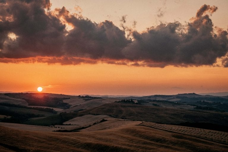 Paarshooting-Toskana-18-Italy-Engagement-Destination-Wedding-Photographer-Elopement-Packages-Tuscany-hills-Sunset-A-Love-Above-candy-skies