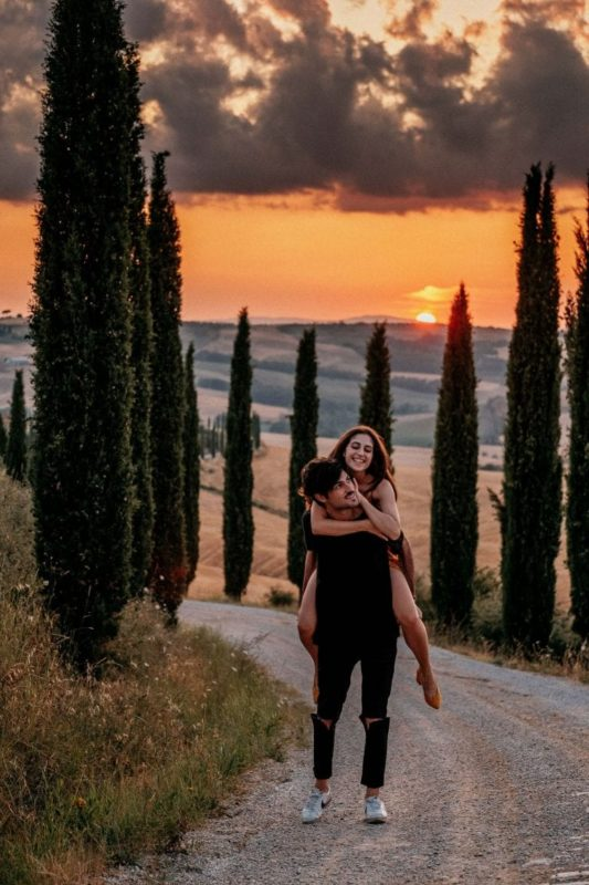 Paarshooting-Toskana-19-Italy-Engagement-Destination-Wedding-Photographer-Elopement-Packages-Tuscany-Sunset-A-Love-Above-couple-lift