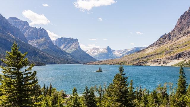 andrew-s-montana-destination-elope-intimate-small-mountain-adventure-Glacier-National-Park-elopement-wedding-photographer-wild-goose-island