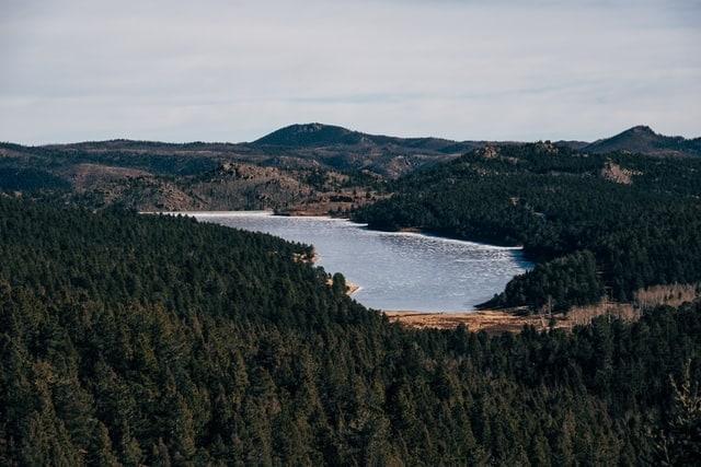 andrew-seaman-frozen-lake-pikes-peak-colorado-springs-elopement-adventure-mountain-intimate-outdoor-destination-usa-elope-wedding-marry-wed