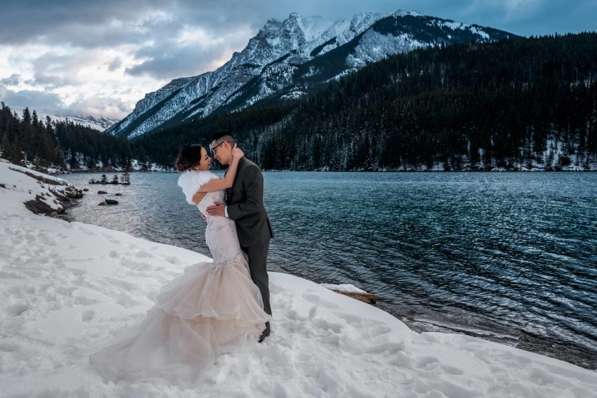 bdfk12-photography-banff-alberta-elopement-wedding-canada-adventure-elope-mountain-winter-snow-lake-minnewanka