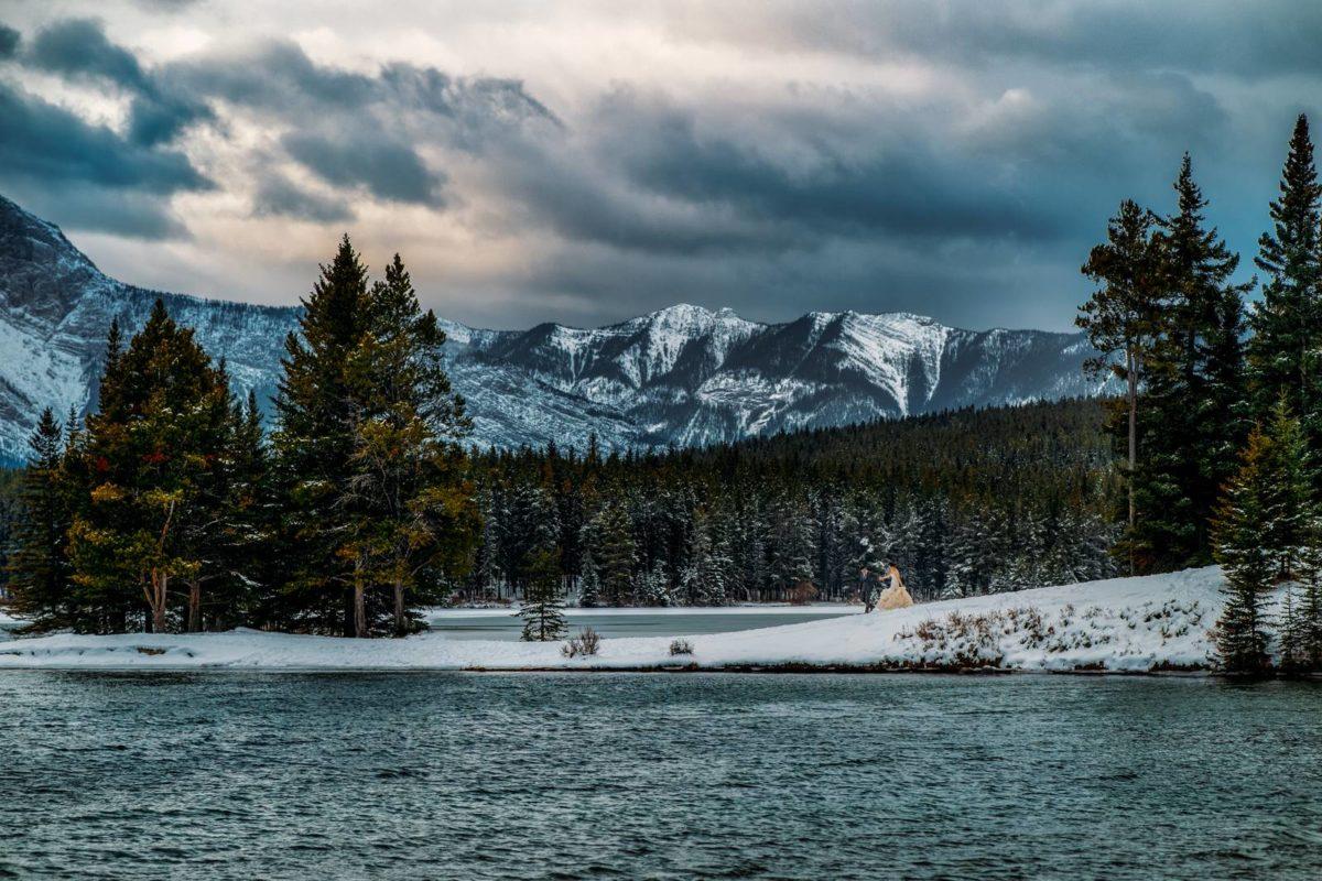 bdfk13-photography-banff-alberta-elopement-wedding-canada-adventure-elope-mountain-winter-snow-lake-minnewanka