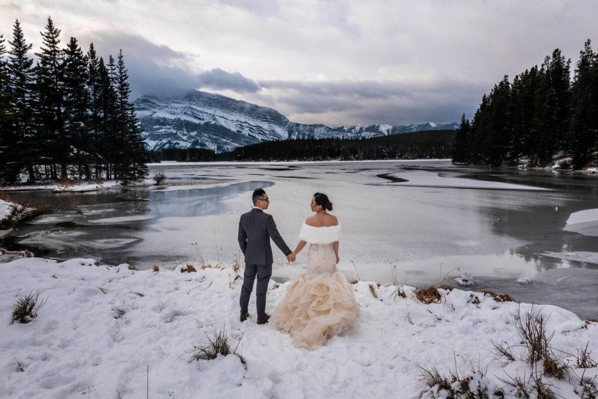 bdfk14-photography-banff-alberta-elopement-wedding-canada-adventure-elope-mountain-winter-snow-lake-minnewanka