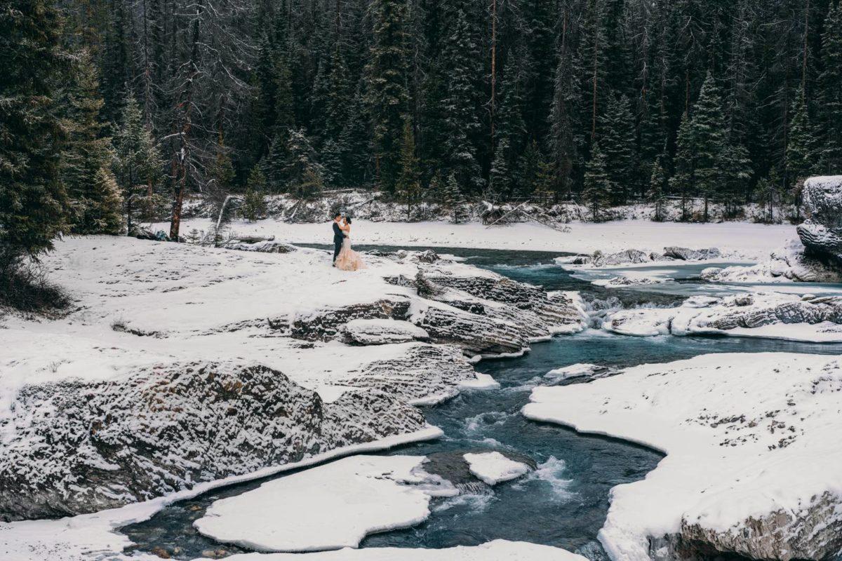 bdfk17-photography-banff-alberta-elopement-wedding-canada-adventure-elope-mountain-winter-snow-lake-minnewanka