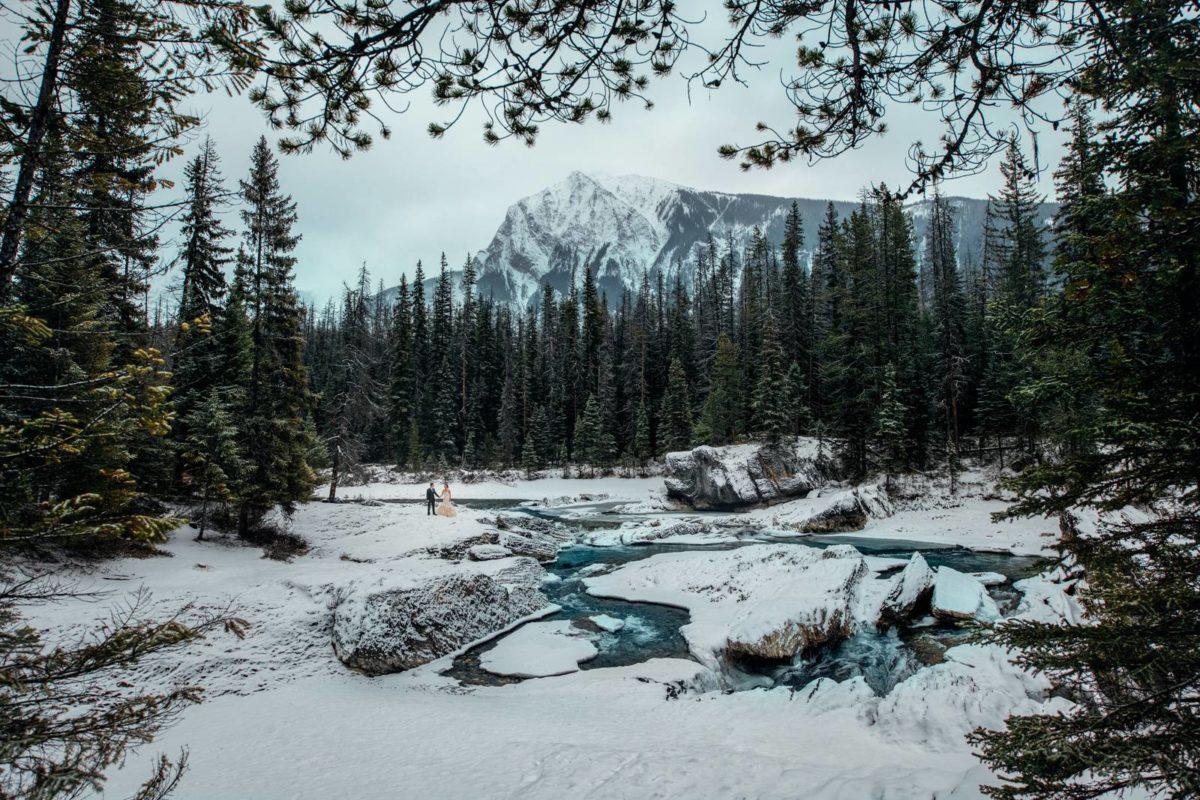 bdfk19-photography-banff-alberta-elopement-wedding-canada-adventure-elope-mountain-winter-snow-lake-minnewanka