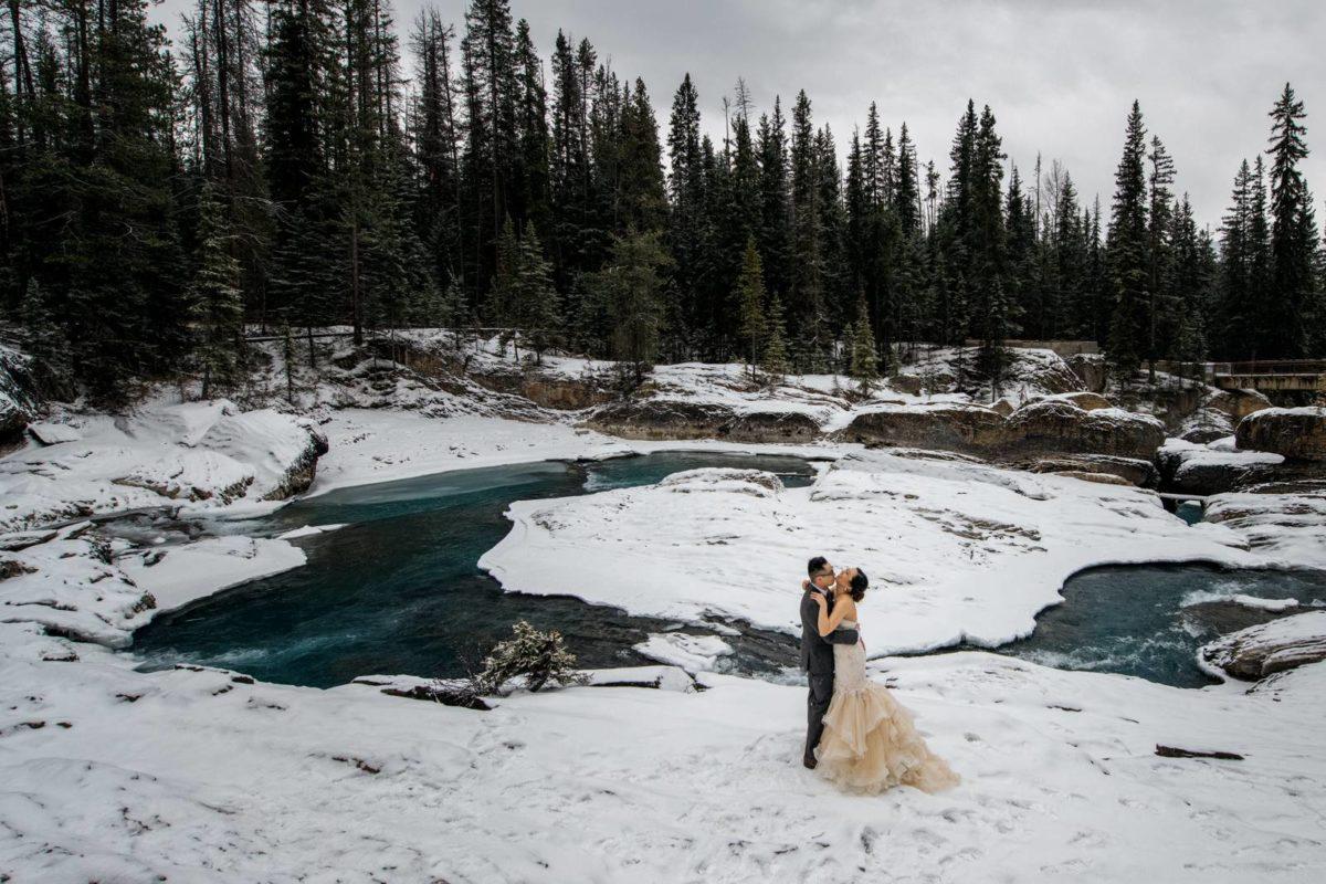 bdfk20-photography-banff-alberta-elopement-wedding-canada-adventure-elope-mountain-winter-snow-lake-minnewanka