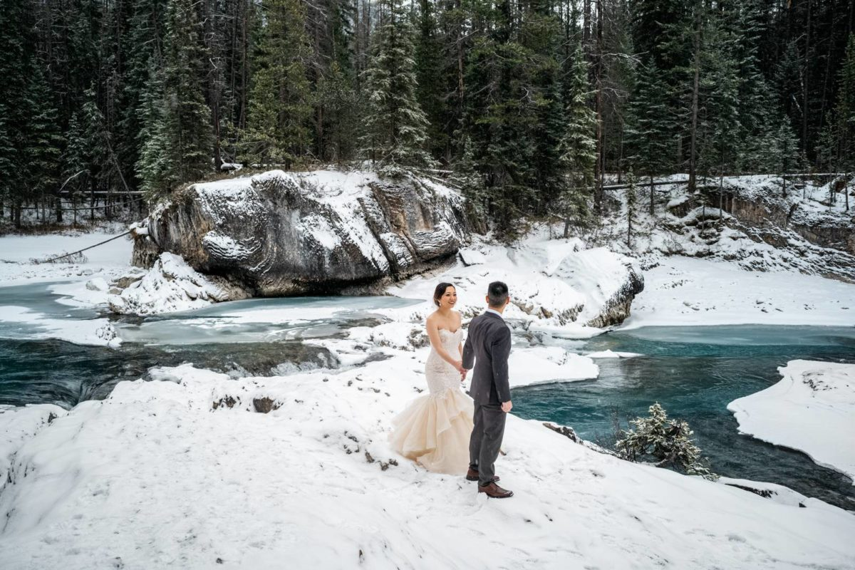 bdfk22-photography-banff-alberta-elopement-wedding-canada-adventure-elope-mountain-winter-snow-lake-minnewanka