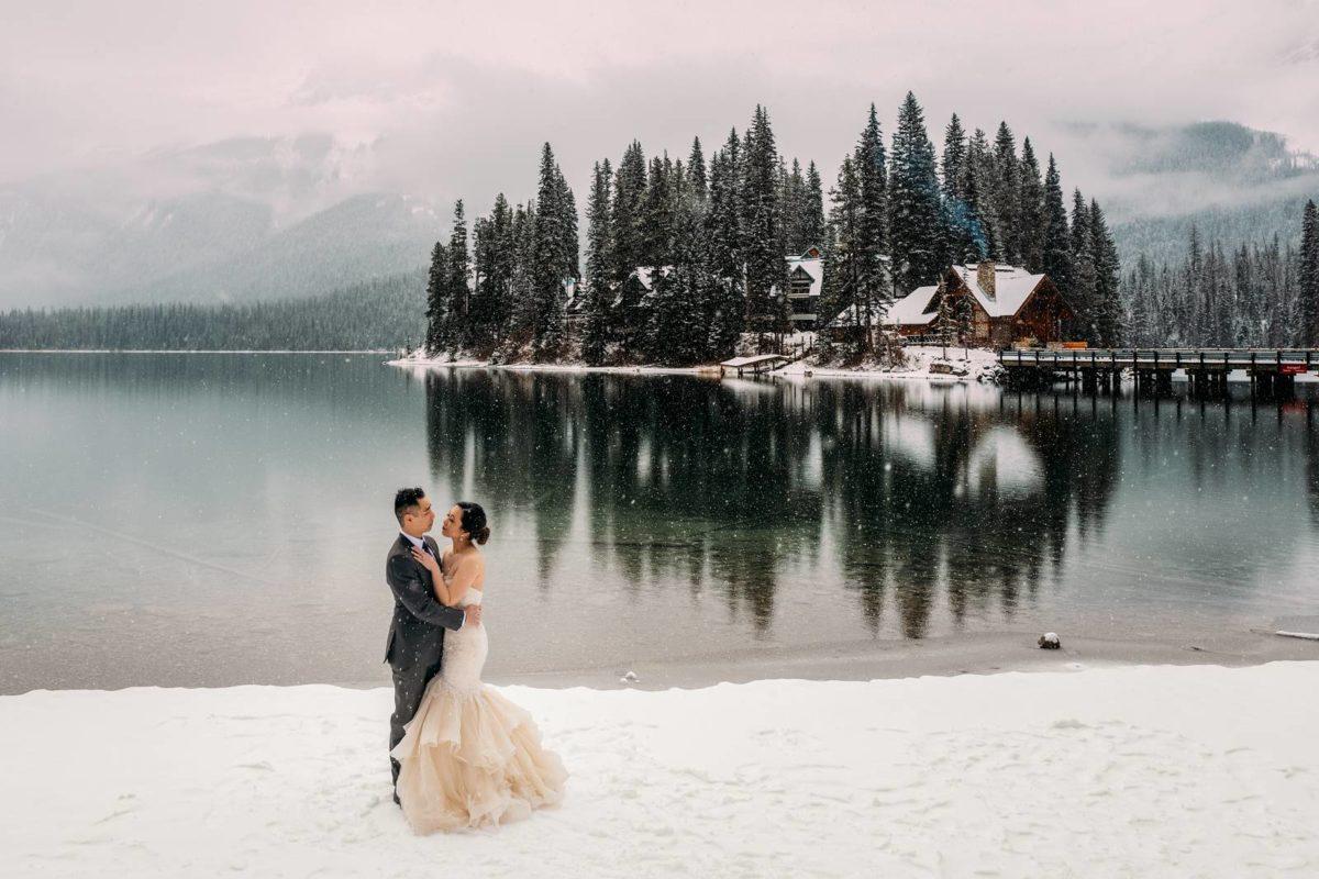 bdfk30-photography-banff-alberta-elopement-wedding-canada-adventure-elope-mountain-winter-snow-emerald-glacier-lake