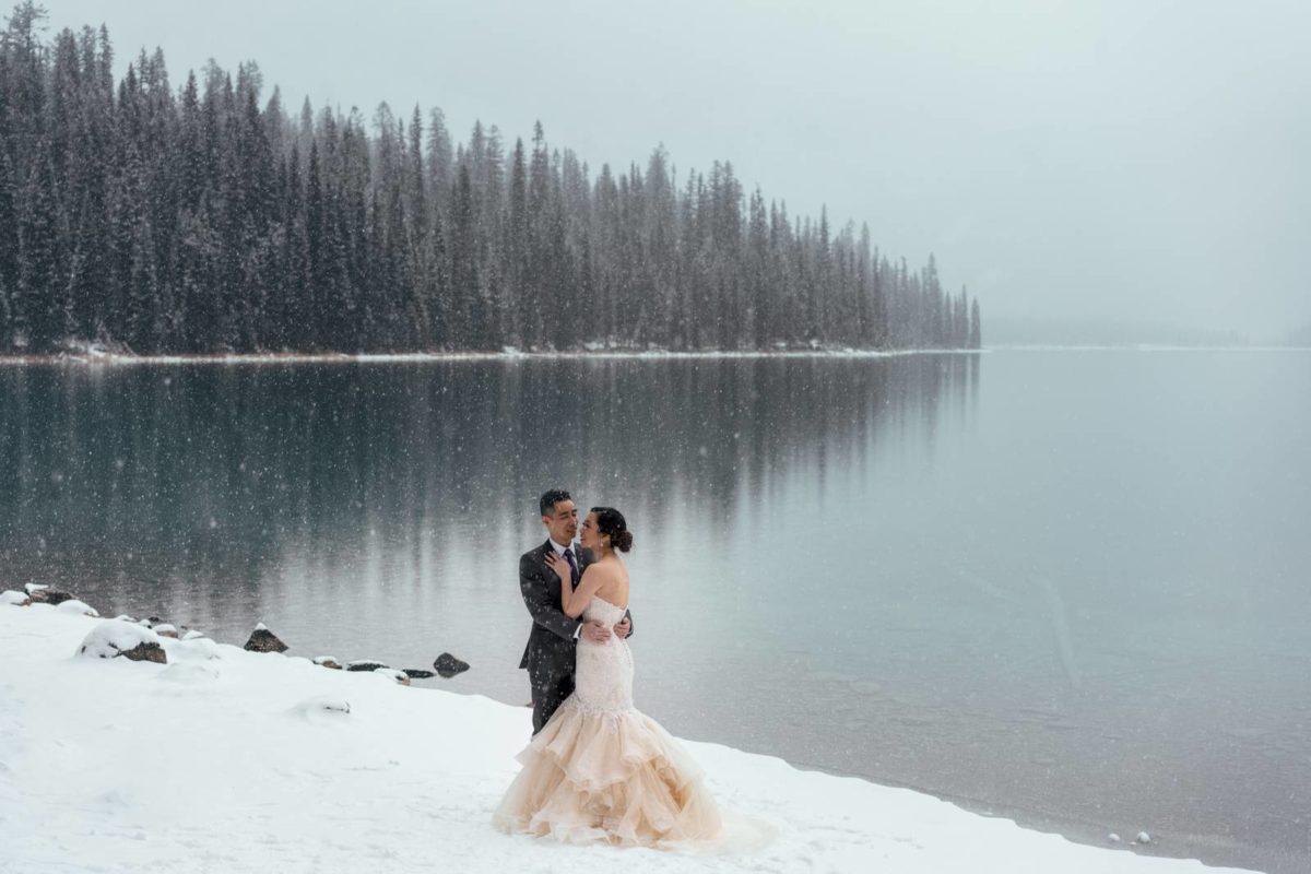 bdfk37-photography-banff-alberta-elopement-wedding-canada-adventure-elope-mountain-winter-snow-emerald-glacier-lake