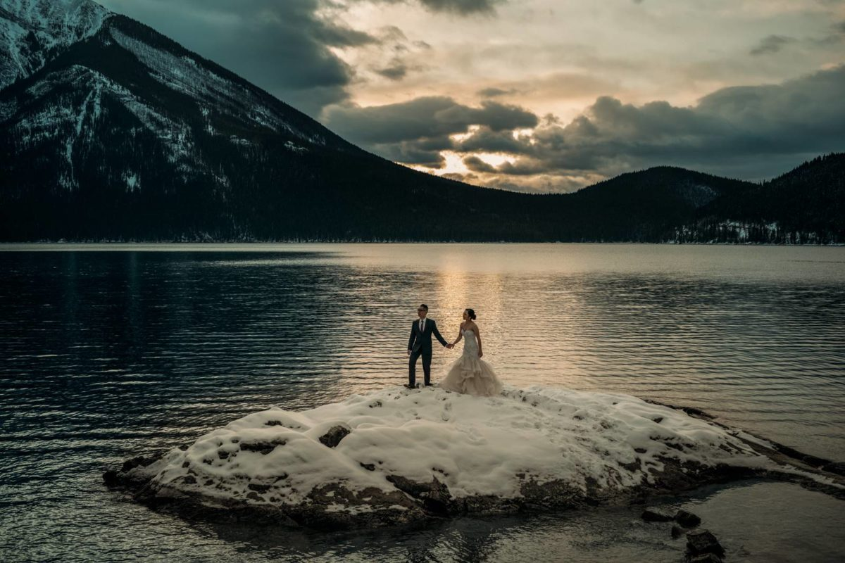 bdfk4-photography-banff-alberta-elopement-wedding-canada-adventure-elope-mountain-lake-minnewanka-winter-snow-lake-sunrise