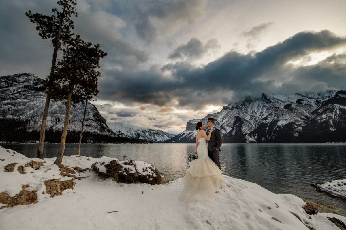 bdfk5-photography-banff-alberta-elopement-wedding-canada-adventure-elope-mountain-winter-snow-lake-minnewanka
