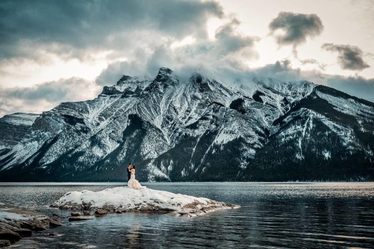 bdfk6-photography-banff-alberta-elopement-wedding-canada-adventure-elope-mountain-peak-winter-snow-lake-minnewanka
