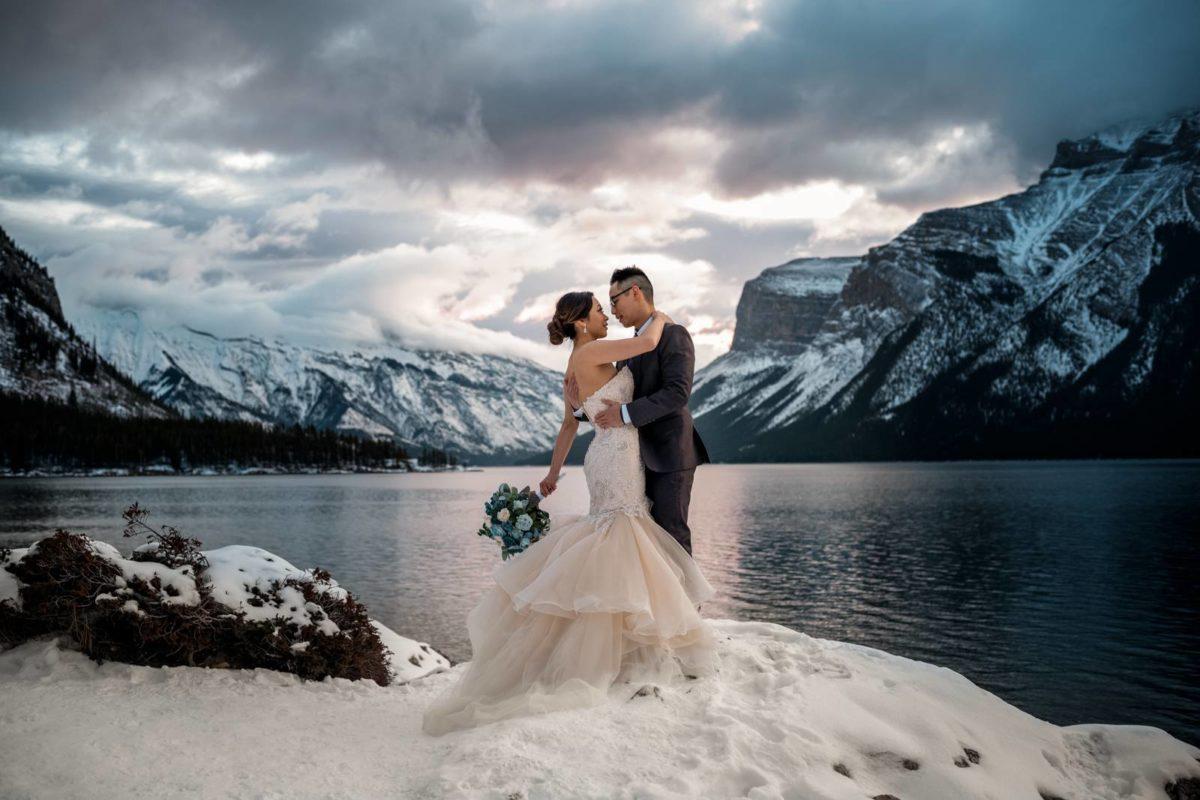 bdfk7-photography-banff-alberta-elopement-wedding-canada-adventure-elope-mountain-winter-snow-lake-minnewanka-bouquet